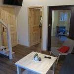 Wohnzimmer mit Blick Richtung Eingang und Küche